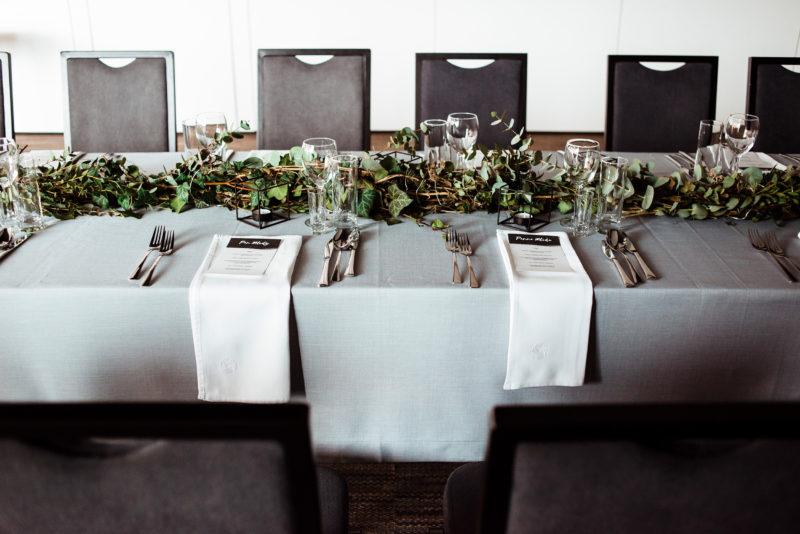 slub w fabryce welny - wesele w stylu industrialnym - szare dodatki na slubie