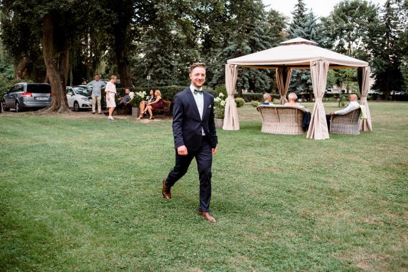 wesele w palacu mojecice - naturalne zdjecia slubne - relaks w ogrodzie