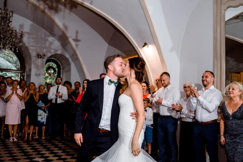 wesele w palacu mojecice - naturalny fotoreportaz slubny - pierwszy taniec
