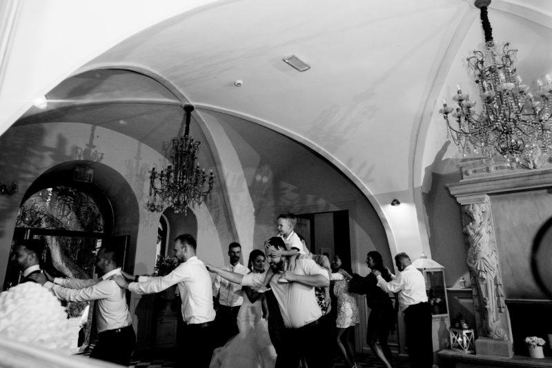 wesele w palacu mojecice - zabawa na sali - naturalne zdjecia slubne