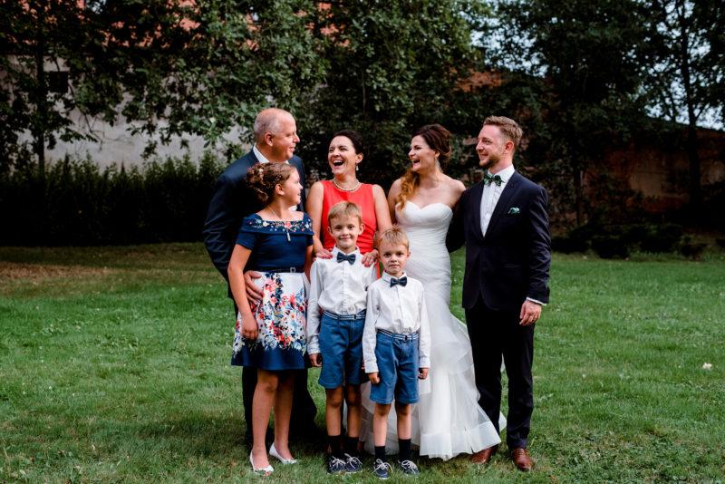 wesele w palacu mojecice - naturalne i radosne zdjecia slubne