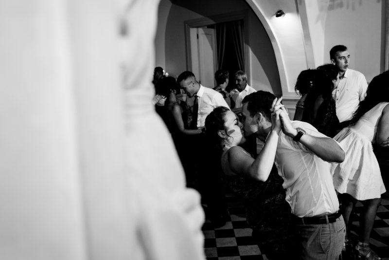wesele w palacu mojecice - naturalne zdjecia slubne - szalona zabawa slubna