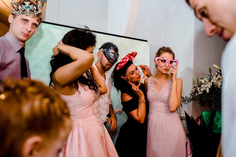 wesele w palacu mojecice - naturalny fotoreportaz slubny - autentyczne zdjecia slubne na luzie