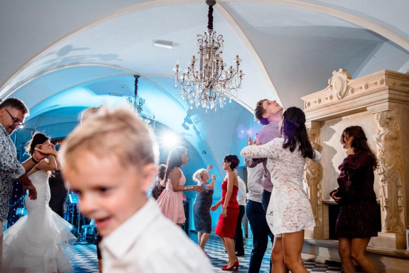 wesele w palacu mojecice - naturalny fotoreportaz slubny - szalona zabawa weselna