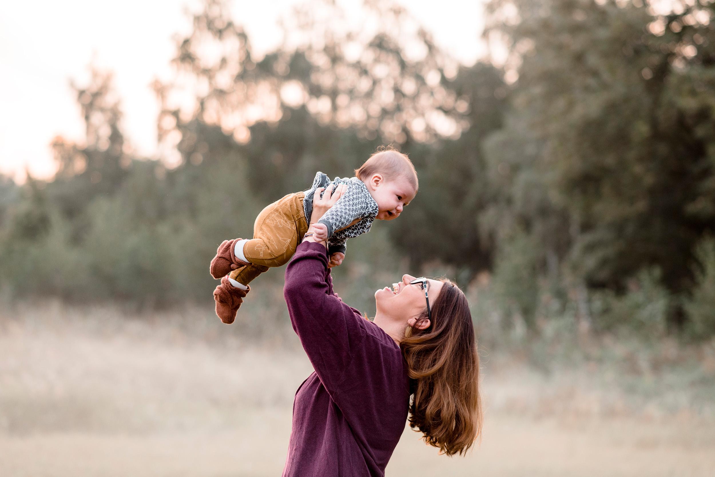 naturalne zdjecia rodzinne wroclaw - naturalna fotografia rodzinna - sesja rodzinna z synkiem