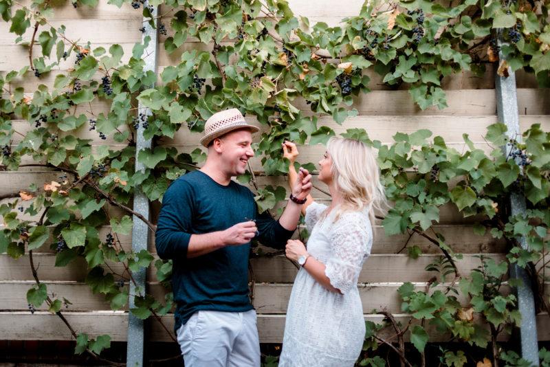 naturalna sesja narzeczenska - sesja zdjeciowa w winnicy jaworek