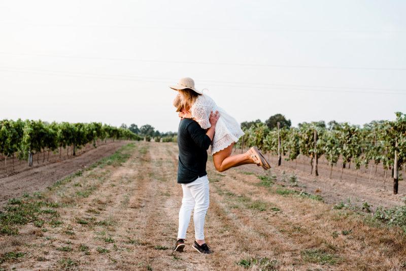 naturalna fotografia slubna - sesja narzeczenska w winnicy jaworek