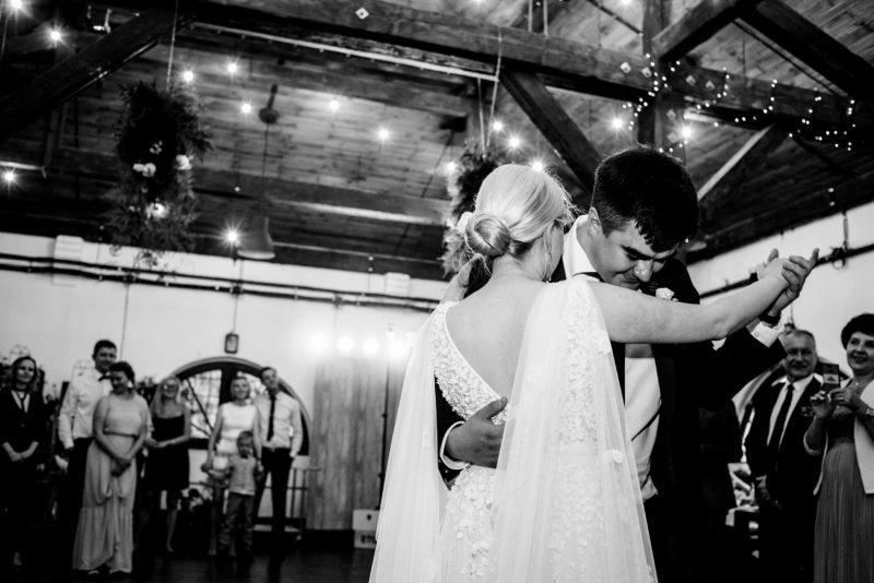 naturalne zdjecia slubne - wesele w starej kruszarni -pierwszy taniec