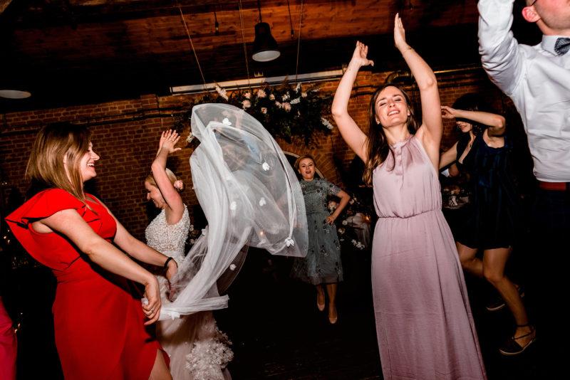 naturalne i szalone zdjecia slubne - wesele w starej kruszarni